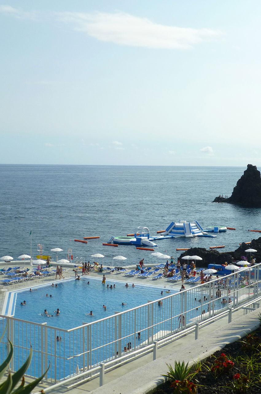 Piscine d'un hôtel avec vue sur l'océan