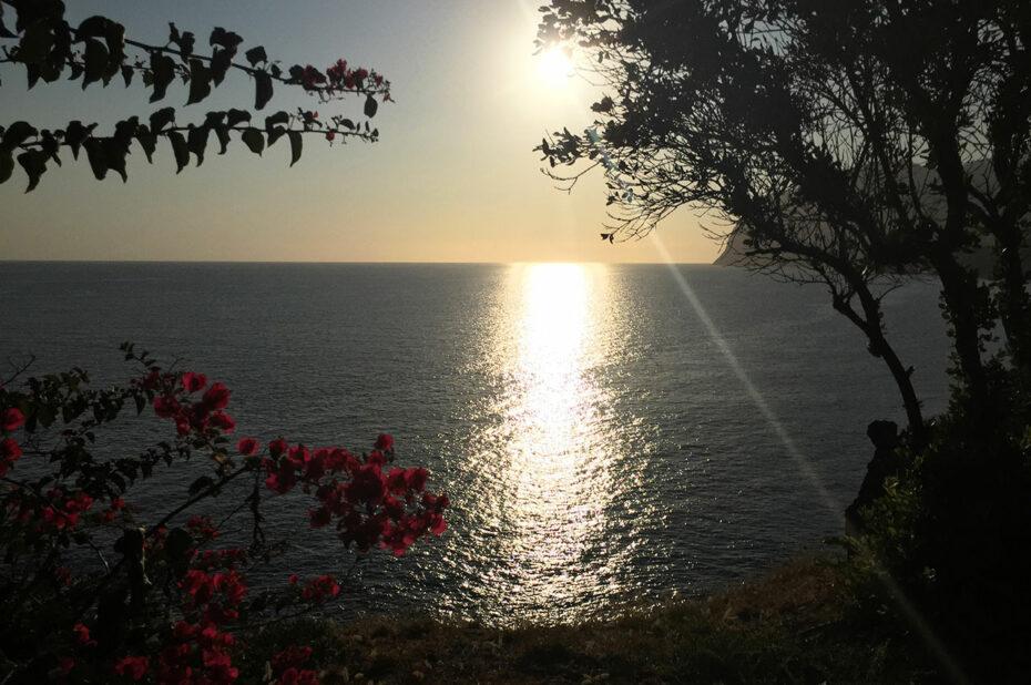 Promenade au coucher de soleil sur la côte de Madère