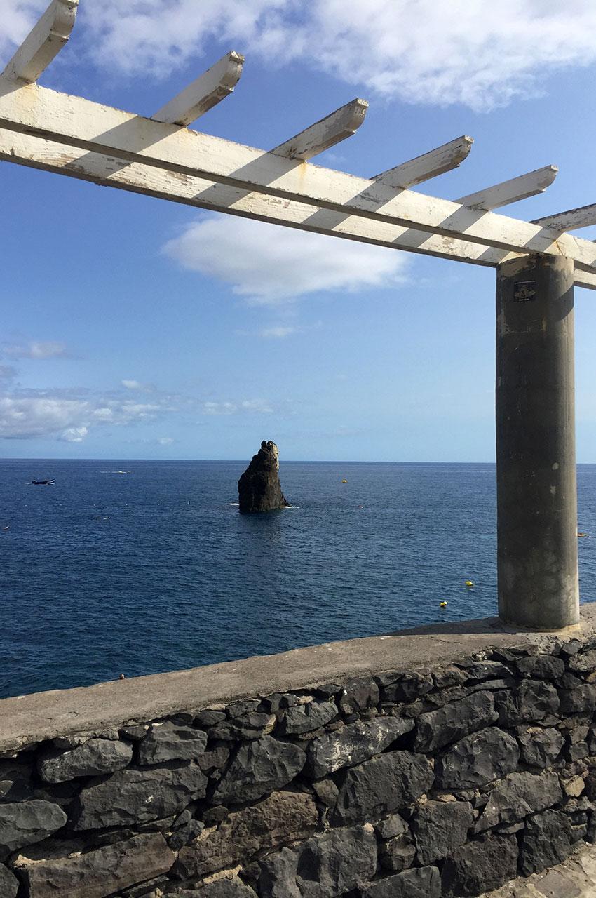 Rocher émergeant de l'océan