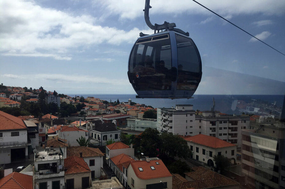 Le téléphérique survole la ville de Funchal