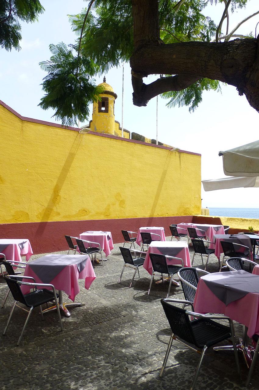 Terrasse de restaurant à côté de la forteresse de São Tiago