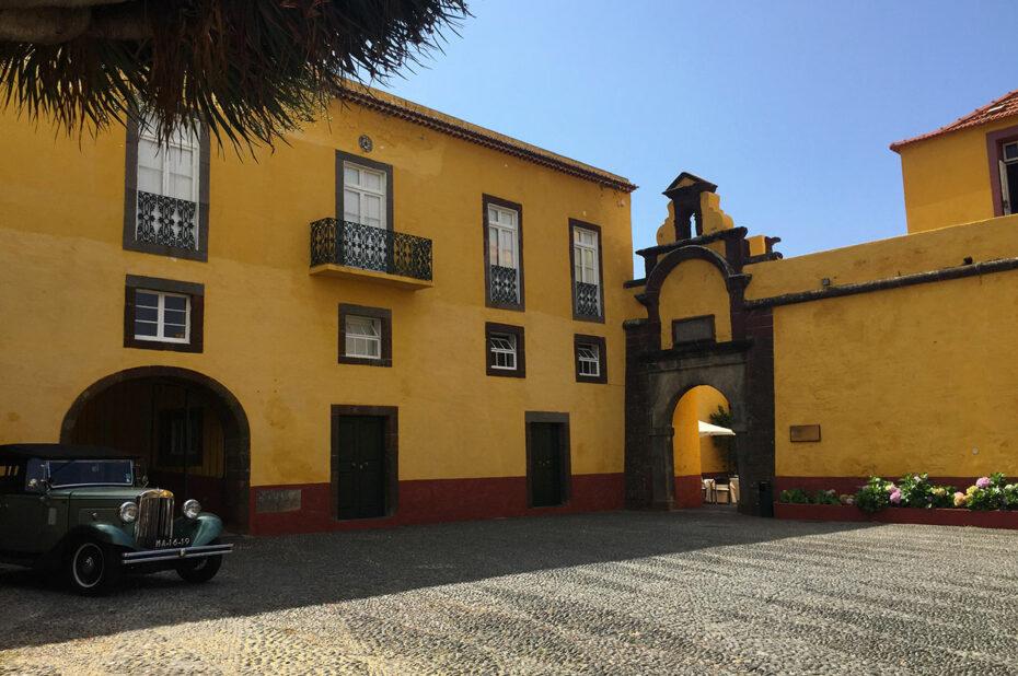 Voiture de collection dans l'enceinte de la forteresse de São Tiago