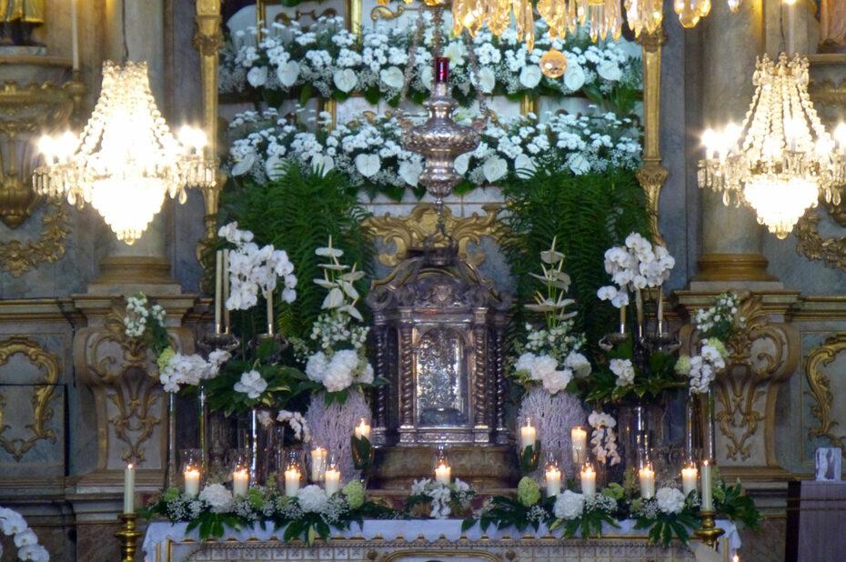 L'autel de l'église, très fleuri pour l'Assomption