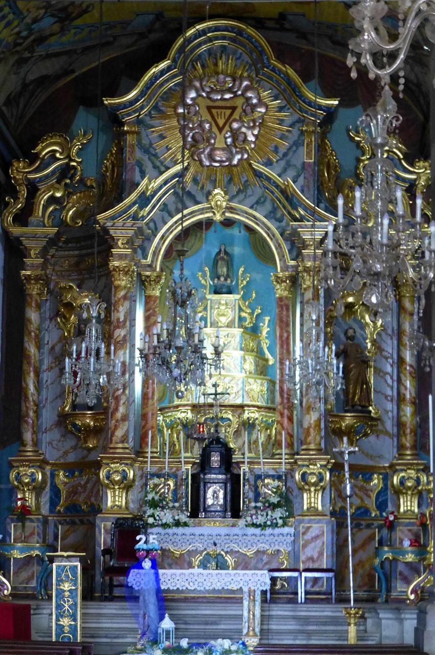 Autel richement décoré de l'église Santa Maria Maior
