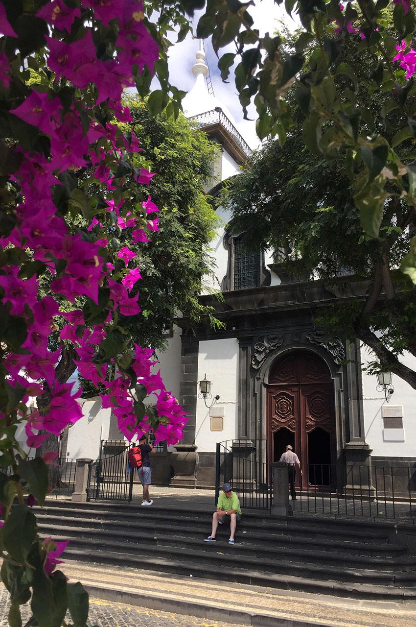 L'église Santa Maria Maior derrière un bougainvillier