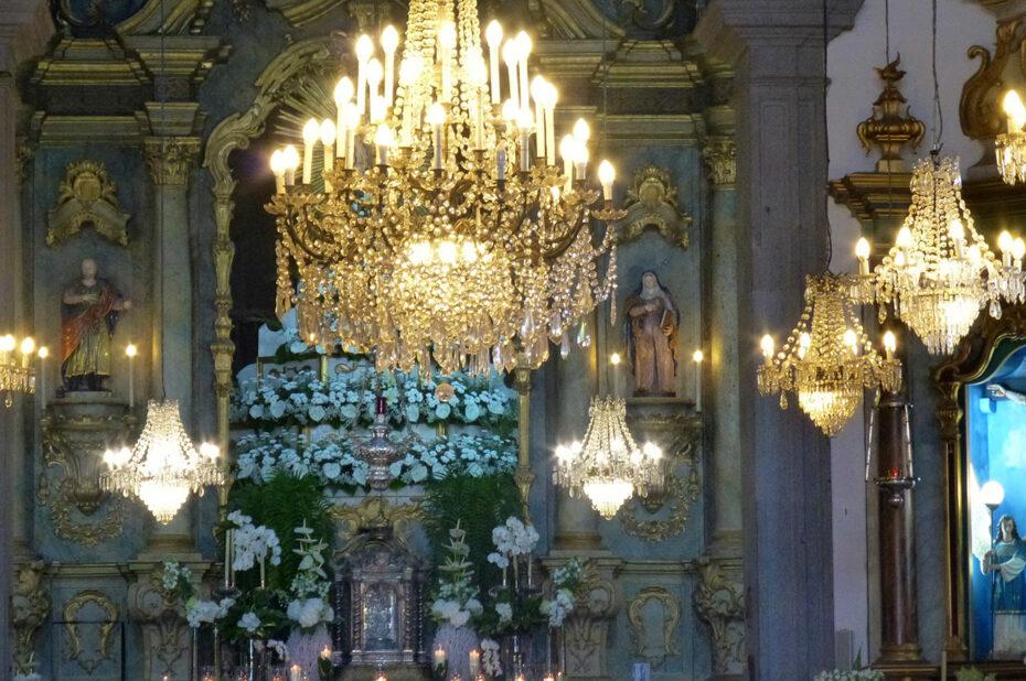 Intérieur de l'église Notre-Dame de Monte et ses nombreux lustres