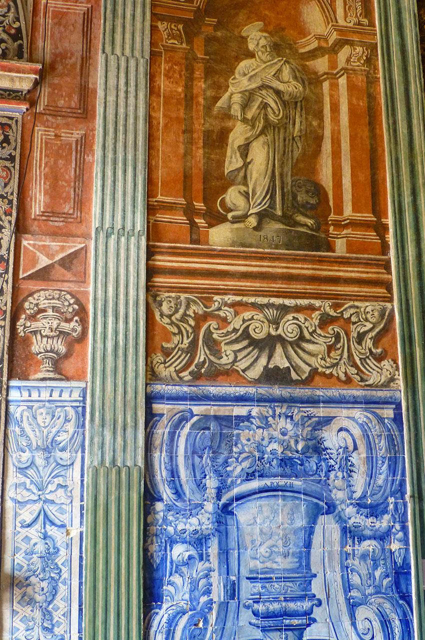 Mélange de peintures et d'azulejos à l'entrée de l'église