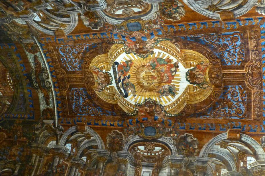 Plafond en bois peint
