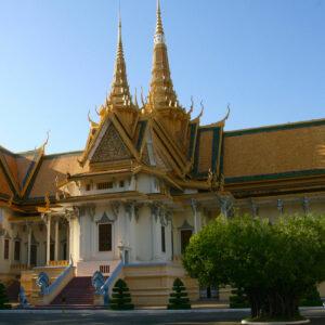 La salle du trône et sa flèche centrale haute de 59 m est surmontée d'une tête de Brahmā à quatre visages