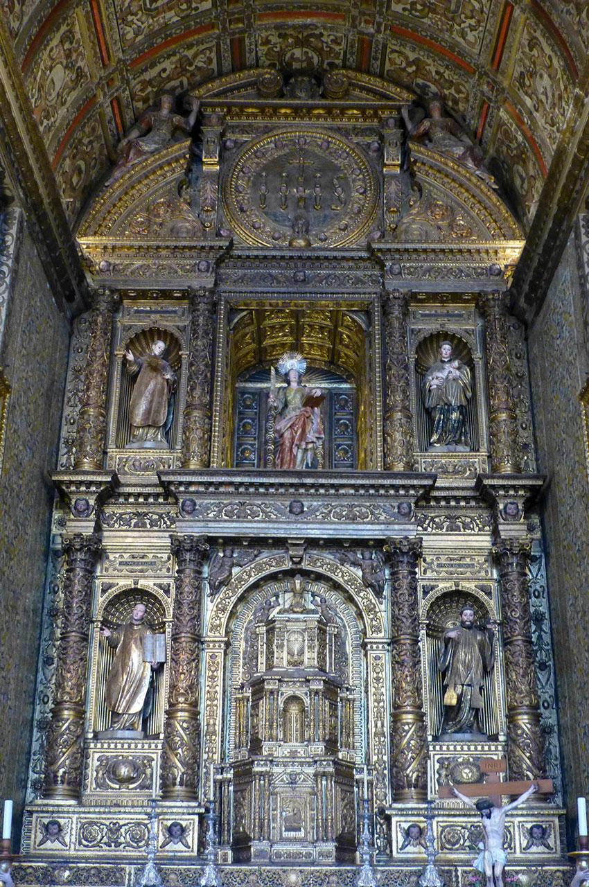 Sculpture majestueuse dans une des chapelles de l'église