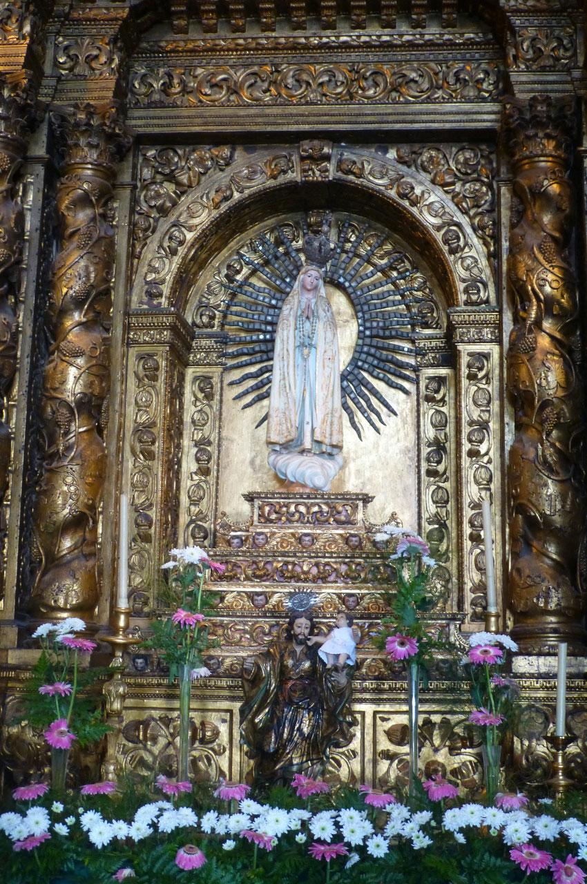 Statue de la Vierge Marie fleurie pour l'Assomption