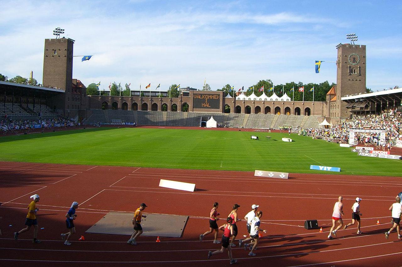 Coureurs sur le stade olympique de Stockholm
