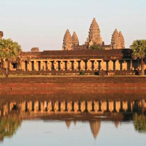 4e enceinte du temple d'Angkor Vat se reflétant dans l'eau